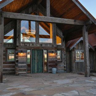 Неиссякаемый источник вдохновения для домашнего уюта: большая входная дверь в стиле рустика с одностворчатой входной дверью и зеленой входной дверью