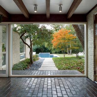 Imagen de entrada vintage, de tamaño medio, con paredes blancas y suelo de ladrillo