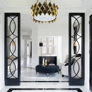 Foto di un ingresso chic di medie dimensioni con pareti bianche, pavimento in gres porcellanato e pavimento bianco