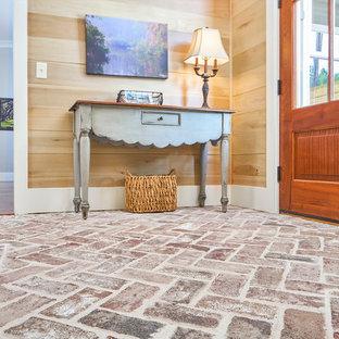 Imagen de distribuidor tradicional renovado, de tamaño medio, con paredes marrones, suelo de ladrillo, puerta simple y puerta de madera en tonos medios