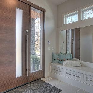 Неиссякаемый источник вдохновения для домашнего уюта: большая входная дверь в современном стиле с серыми стенами, одностворчатой входной дверью, входной дверью из дерева среднего тона, мраморным полом и бежевым полом