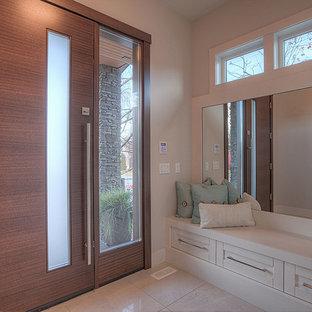 Стильный дизайн: большая входная дверь в современном стиле с серыми стенами, входной дверью из дерева среднего тона, одностворчатой входной дверью, мраморным полом и бежевым полом - последний тренд
