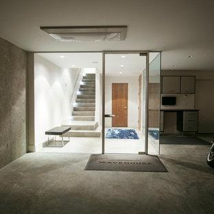Réalisation d'une porte d'entrée minimaliste avec une porte simple et une porte en verre.