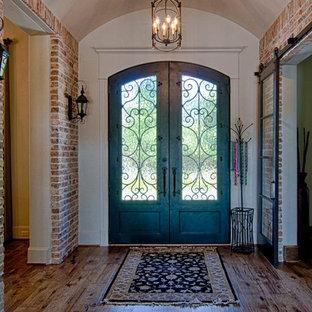 Foto de distribuidor clásico con suelo de madera en tonos medios y puerta doble