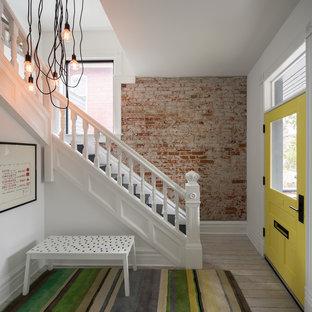 Ispirazione per una porta d'ingresso contemporanea di medie dimensioni con pareti bianche, parquet chiaro, una porta singola, una porta gialla e pavimento bianco
