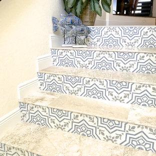 タンパの中くらいのトロピカルスタイルのおしゃれな玄関ラウンジ (マルチカラーの壁、トラバーチンの床、ベージュの床) の写真