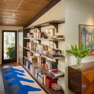 Idéer för att renovera en mellanstor funkis hall, med beige väggar, en enkeldörr och glasdörr