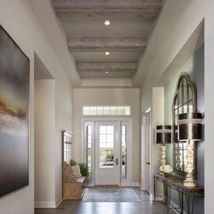 Идея дизайна: фойе в стиле неоклассика (современная классика) с белыми стенами, паркетным полом среднего тона, одностворчатой входной дверью, белой входной дверью, коричневым полом и балками на потолке