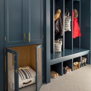 Exempel på ett klassiskt kapprum, med grått golv