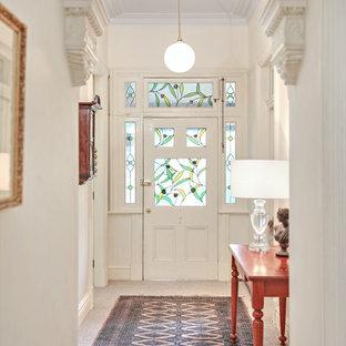 シドニーの広い片開きドアトラディショナルスタイルのおしゃれな玄関ホール (白い壁、カーペット敷き、ベージュの床、白いドア) の写真