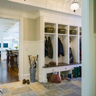 Idee per un grande ingresso con anticamera classico con pareti beige e pavimento in ardesia