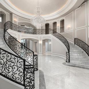 Свежая идея для дизайна: огромное фойе в стиле шебби-шик с разноцветными стенами, мраморным полом, двустворчатой входной дверью, черной входной дверью и разноцветным полом - отличное фото интерьера