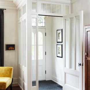 Ejemplo de entrada tradicional con paredes blancas