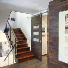 Contemporary Entry by TruLinea Architects Inc.