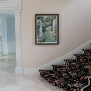 На фото: класса люкс большие вестибюли в стиле фьюжн с розовыми стенами и мраморным полом