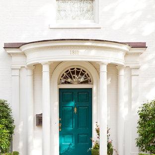 Foto di una porta d'ingresso tradizionale con una porta blu