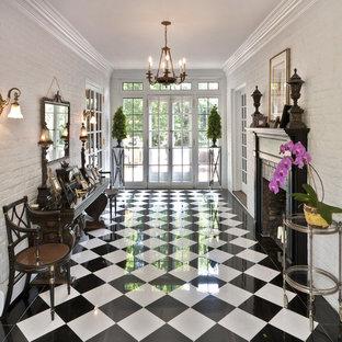 Inredning av en klassisk entré, med marmorgolv och flerfärgat golv