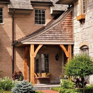 Идея дизайна: входная дверь среднего размера в классическом стиле с красным полом, одностворчатой входной дверью и коричневой входной дверью