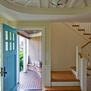 На фото: прихожая в классическом стиле с одностворчатой входной дверью и синей входной дверью с