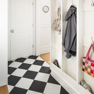 Esempio di un ingresso con anticamera classico con pareti bianche, una porta singola, una porta bianca e pavimento multicolore