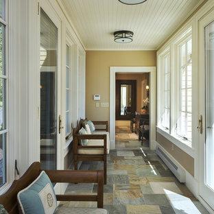 Cette image montre une entrée traditionnelle avec un vestiaire, une porte simple et une porte en verre.
