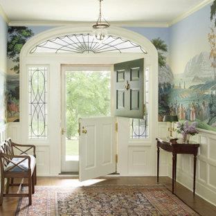 Mittelgroße Klassische Haustür mit bunten Wänden, braunem Holzboden, Klöntür und grüner Tür in New York