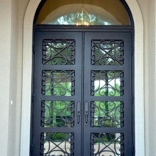 Modelo de puerta principal tradicional, grande, con puerta doble y puerta metalizada