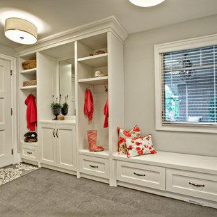 Idée de décoration pour une entrée tradition avec un vestiaire.