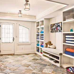 Inspiration pour une entrée marine de taille moyenne avec un sol en ardoise, une porte simple, une porte blanche, un vestiaire et un mur blanc.