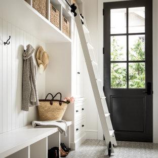 Ispirazione per un grande ingresso con anticamera chic con pareti bianche, pavimento con piastrelle in ceramica, una porta singola, una porta nera, pavimento grigio, soffitto ribassato e pannellatura