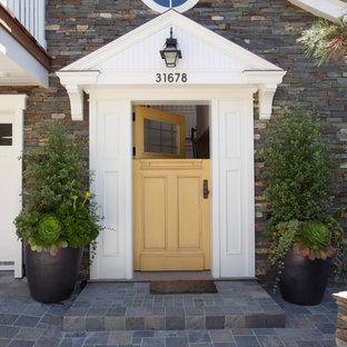 Exempel på en klassisk entré, med en tvådelad stalldörr och en gul dörr