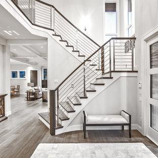 Свежая идея для дизайна: фойе в стиле современная классика с серыми стенами, паркетным полом среднего тона, раздвижной входной дверью, белой входной дверью и коричневым полом - отличное фото интерьера