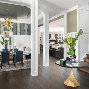 Idéer för en mycket stor modern hall, med mörkt trägolv, brunt golv, vita väggar, en dubbeldörr och mellanmörk trädörr