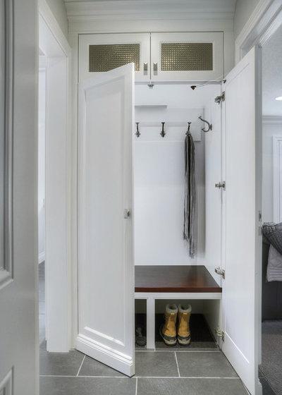 Nyklassisk Entré by Braam's Custom Cabinets