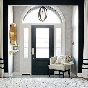 Inspiration pour un hall d'entrée traditionnel avec un mur gris, un sol en bois foncé, une porte simple et une porte noire.