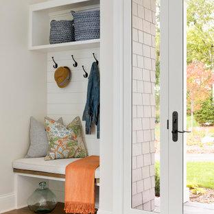 Idéer för ett klassiskt kapprum, med beige väggar, mellanmörkt trägolv, en enkeldörr och glasdörr