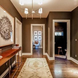 Esempio di un piccolo corridoio chic con pareti marroni, parquet scuro, una porta singola, una porta grigia e pavimento marrone