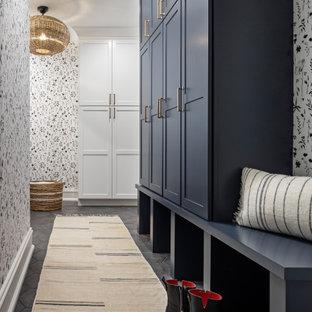 デトロイトの小さいトラディショナルスタイルのおしゃれなマッドルーム (磁器タイルの床、黒い床、壁紙) の写真