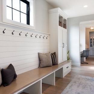 Стильный дизайн: тамбур в стиле неоклассика (современная классика) с серыми стенами и светлым паркетным полом - последний тренд
