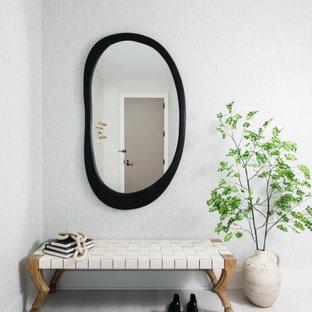 Idéer för funkis entréer, med grå väggar, ljust trägolv och beiget golv