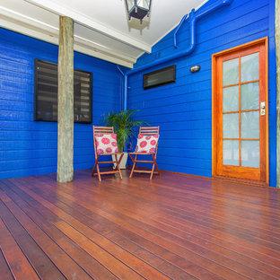 Modelo de fachada azul, tropical, grande, de dos plantas, con revestimiento de madera y tejado a dos aguas