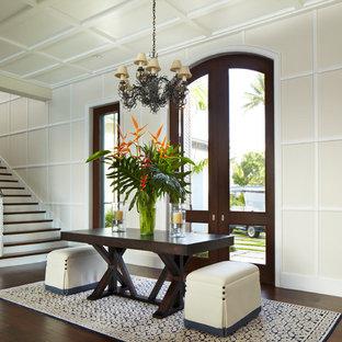 Exotisk inredning av en entré, med beige väggar