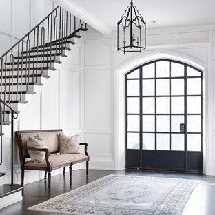 Idee per un ingresso tradizionale con pareti bianche e parquet scuro