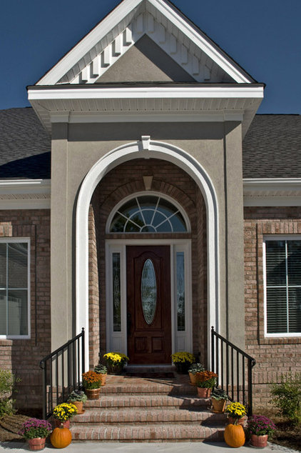 Traditional Entry by Blue Sky Building Company