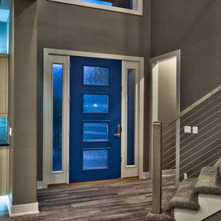 Idéer för att renovera en funkis entré, med grå väggar, vinylgolv och en blå dörr