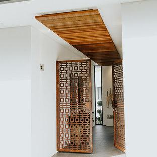 Idées déco pour un petit hall d'entrée contemporain avec un mur blanc, un sol en carrelage de porcelaine, une porte double et une porte marron.