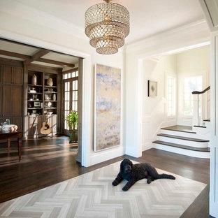 Свежая идея для дизайна: фойе в классическом стиле с темным паркетным полом - отличное фото интерьера