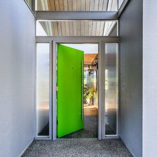 Новый формат декора квартиры: входная дверь в стиле ретро с серыми стенами, бетонным полом, одностворчатой входной дверью, зеленой входной дверью и серым полом