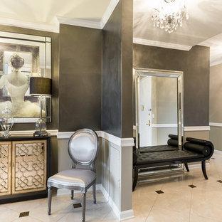 Réalisation d'un grand hall d'entrée style shabby chic avec mur métallisé, un sol en marbre, une porte double et une porte blanche.