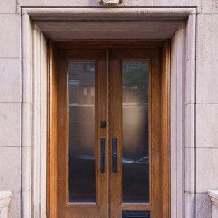 Пример оригинального дизайна: маленькая входная дверь в классическом стиле с розовыми стенами, бетонным полом, двустворчатой входной дверью, входной дверью из дерева среднего тона и серым полом